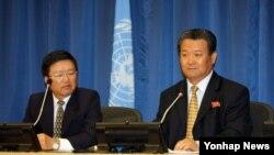 """신선호 유엔주재 북한 대사는 21일 유엔본부에서 기자회견을 열어 """"남조선에 주둔하고 있는 유엔군사령부를 해체해야한다""""고 발언하고 있다."""