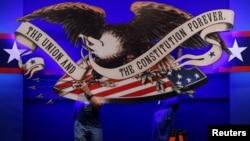 Punonjësit përgatisin skenën për debatin e parë presidencial në Cleveland, Ohio