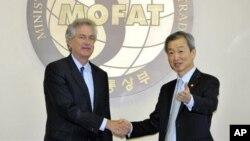 16일 서울 외교통상부 청사에서 회담한 윌리엄 번스 미국 국무부 부장관(왼쪽)과 안호영 한국 외교부 1차관.