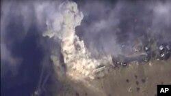 Bức ảnh được lấy từ đoạn phim trên trang web chính thức của Bộ Quốc phòng Nga ngày 2 tháng 11 năm 2015 cho thấy một cuộc không kích của Nga nhắm vào mục tiêu ở Syria.