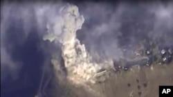 俄罗斯国防部网站提供的俄罗斯在叙利亚发动的空袭击中一个目标的照片。(2015年11月2日)