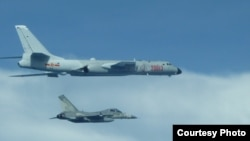 台灣戰機在中國轟六機左邊貼近飛行。(2017年7月20日) (台灣國防部提供)