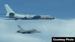 台湾战机2017年7月20日在中国轰六机左边贴近飞行 (台湾国防部提供)