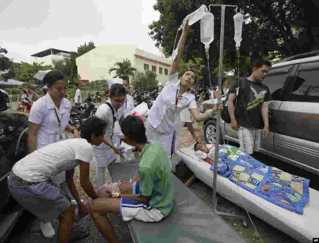 Sobrevivientes del terremoto se reúnen en un estacionamiento del hospital público tras el terremoto que afectó la ciudad de Cebú en la región central de Filipinas este martes 15 de octubre de 2013.