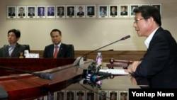 류길재 한국 통일부 장관이 25일 정부서울청사에서 열린 남북관계발전위원회의를 주재하고 있다.