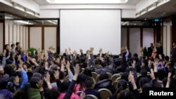 马航MH370失踪乘客的亲属希望和马来西亚政府代表直接对话