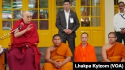 تبتیوں کے جلاوطن روحانی لیڈر دھرم شالہ میں غیرملکی سیاحوں سے گفتگو کر رہے ہیں۔ فائل فوٹو