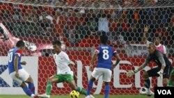Penyerang Malaysia Mohd Safee Mohd Sali, kiri, mencetak gol pertama ke gawang Indonesia yang dijaga kiper Markus Rihihina dalam leg pertama final Piala AFF Suzuki 2010 di Stadion Bukit Jalil, Kuala Lumpur, Malaysia, hari Minggu (26/12).