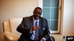 马拉维总统候选人穆塔里卡在他位于布兰太尔的住宅举行记者招待会。(2014年5月22日)