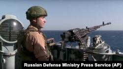 Seorang tentara Rusia bertugas di Latakia, Suriah untuk membantu pasukan pemerintahan Bashar al-Assad (foto: dok).