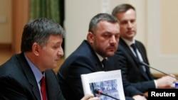 آرسن آواکوف، وزیر کشور موقت اوکراین، در ۱۴ فروردين ماه در کي یف، اسناد مربوط به تحقیقات در موردکشتار معترضان را نشان می دهد، درحاليکه دادستان کل، اوله ماخنيتسکی (وسط)، و رئیس سرویس امنیتی اوکراین، والنتين واليچنکو (راست) گوش می دهند.