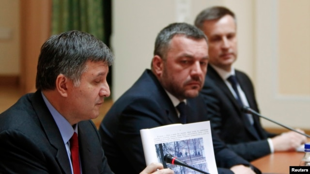 Ukraine's Interior Minister Arsen Avakov presents documents of the investigation as acting Attorney General Oleh Makhnitsky and Chief of the Security Service of Ukraine (SBU) Valentyn Nalyvaichenko (L-R) listen in Kyiv, April 3, 2014.