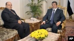 埃及穆尔西总统(左)与新任命的总检察长阿卜杜拉合影