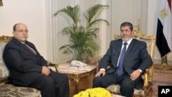 Shugaban kasar Masar Mohammed Morsi tare da sabon babban lauyan gwamnati Talaat Abdullah
