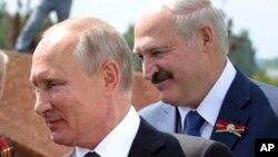 На фото: Путін та Лукашенко у червні 2020-го року вітають ветеранів Другої світової війни у селищі Хорошево у Тверській області