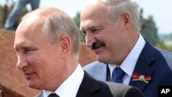 د روس صدر ولادیمیر پوتین، او تر شا یې د بېلاروس صدر الکسانډر لوکاشینکو
