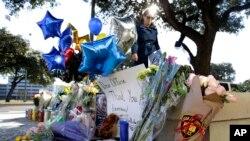 Flores y globos dejados por ciudadanos en el lugar donde fue asesinado el detective de policía de San Antonio, Texas, Benjamin Marconi, el domingo.