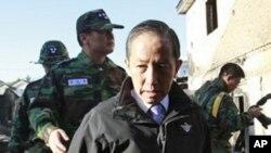 韩国前国防部长金泰荣在延坪岛的废墟中视察