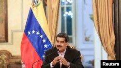 Prezidan Nicolas Maduro ki t ap pale pandan yon rankont avèk manm kò diplomatik venezuelyen an, nan Palè Miraflores la, nan Karacas, Venezuela. Ddiplomat yo te fèk kite Lèzetazini pou yo antre o Venezuela (Foto: Lendi 28 janvye 2019 la).