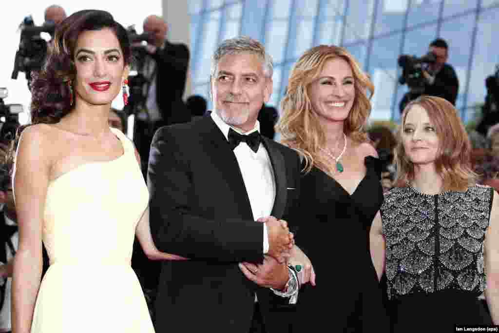 (ពីឆ្វេងទៅស្តាំ) មេធាវីសិទ្ធិមនុស្សអង់គ្លេស Amal Clooney តារាសម្តែងអាមេរិកលោក George Clooney តារាសម្តែងស្រ្តីនាង Julia Roberts និងអ្នកដឹកនាំសម្តែងលោក Jodie Foster មកដល់សម្រាប់ការចាក់បញ្ចាំងភាពយន្ត «Money Monster» នៅអំឡុងពេលពិធីបុណ្យភាពយន្តប្រចាំឆ្នាំលើកទី ៦៩ នៅក្រុង Cannes ប្រទេសបារាំង។