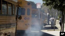 Bus sekolah di Los Angeles, AS yang berbahan bakar diesel mengeluarkan gas buang (foto: dok). WHO memperingatkan bahwa gas buang knalpot diesel menyebabkan kanker.