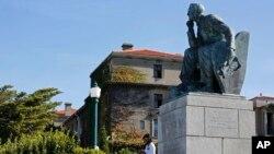 La statue du colon Britannic Cecil John Rhodes a l'universite de Cape Town press du centre Cape Town, Afrique du Sud, mars 17, 2015. (AP Photo/Schalk van Zuydam)