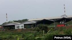 Pabrik Pengolahan Limbah B3 PT PRIA yang terletak di Desa Lakardowo, diduga mencemari sumur-sumur warga dan menimbulkan gatal gatal (Foto: VOA/Petrus)