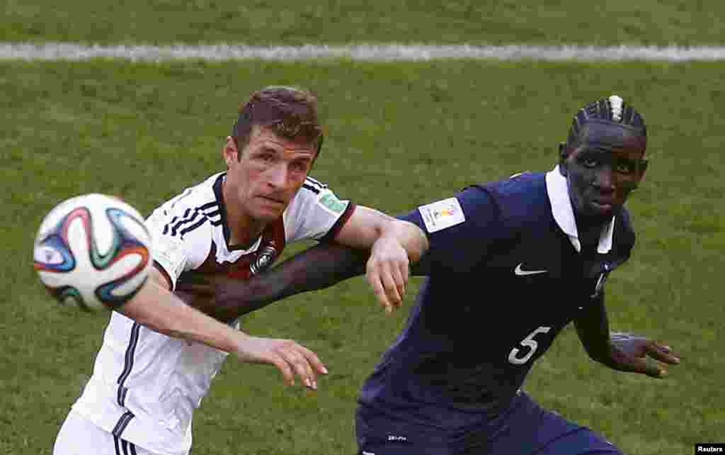 Germany's Thomas Mueller fights for the ball with France's Mamadou Sakho during their quarter-finals match at the Maracana stadium in Rio de Janeiro, July 4, 2014.