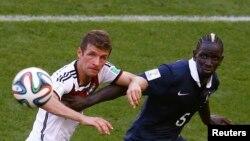 Mamadou Sakho, joueur de la France, à droite, engagé dans un duel avec Thomas Mueller de l'Allemagne, lors du match des quarts de finale du Mondial de football, au stade Maracana à Rio de Janeiro, Brésil, 4 Juillet 2014.