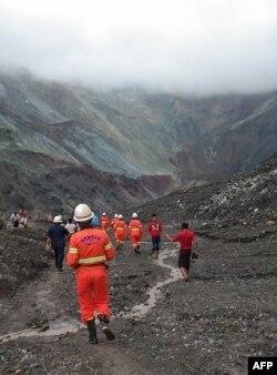 帕敢一玉石矿发生山体滑坡后,救援人员试图寻找幸存者。