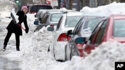 Cư dân đào xe ra khỏi tuyết ở thủ đô Washington, ngày 26/1/2016.