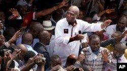 Calon presiden Kongo, Martin Fayulu menyalami pendukungnya di Kinshasha, Kongo, Jumat (11/1).