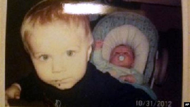 Alton Perry, dua tahun, dan Ashton Perry, enam bulan, ditembak mati oleh neneknya sendiri, Debra Denison, 47 tahun, yang kemudian juga bunuh diri (27/2).