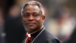 El cardenal Peter Kodwo Appiah Turkson de Ghana llega para asistir a una misa dirigida por el obispo Leonardo Sandri de la Argentina en la Basílica de San Pedro en el Vaticano, 13 de abril de 2005.