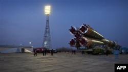 Phi thuyền Soyuz TMA-20 được đưa đến bệ phóng, ở Baikonur, Kazakhstan, 13/12/2010