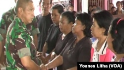 Pangdam VII Wirabuana, Mayjend TNI Bachtiar menyalurkan bantuan bagi tiga keluarga korban, warga desa Tangkura yang tewas dalam aksi terorisme (Foto: VOA//Yoanes Litha)