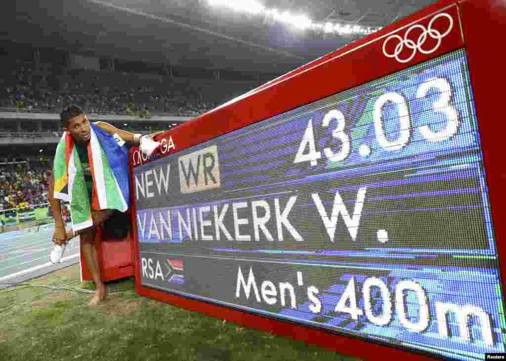 Le Sud-africain Van Niekerk a décroché la médaille d'or pour les 400 m à Rio de Janeiro, Brésil, le 14 août 2016.