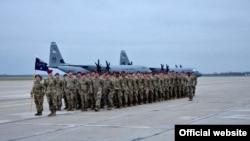 Padobranci Oružanih snaga SAD, koji će učestvovati u zajedničkoj vežbi sa padobrancima Vojske Srbije, na vojnom aerodromu Batajnica kraj Beograda (Foto: Ministarstvo odbrane Srbije)
