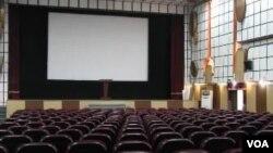 Les salles de cinéma jadis bondées de monde sont transformées aujourd'hui enmagasins, boutiques, quincailleries ou églises au Cameroun.