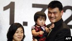 Diêu Minh và vợ cùng con gái trong cuộc họp báo tại Thượng Hải, ngày 20/7/2011