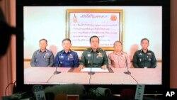 Pemimpin kudeta militer Thailand, Jenderal Prayuth Chan-Ocha (tengah) dan para perwira tinggi militer Thailand lainnya mengumumkan pengambil alihan kekuasaan melalui siaran televisi di Bangkok, Thailand, Kamis (22/5).