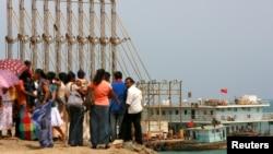 一批斯里兰卡访客观看中国船在汉班托塔港口作业(2010年3月24日)