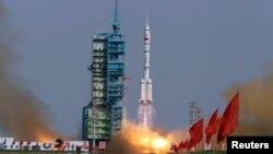 中国方面在甘肃酒泉发射神舟九号载人飞船(2012年6月16日)