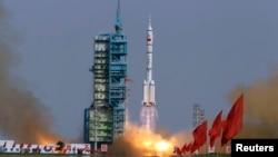 중국 북서부 간쑤성 주취안 위성발사센터에서 '선저우 9호' 유인우주선이 발사되는 장면. (자료사진)