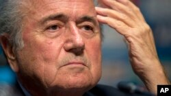 El presidente de la FIFA, Joseph Blatter, no cede ante la presión para que renuncie, y buscará este viernes su quinto mandato al frente del organismo rector del fútbol mundial.