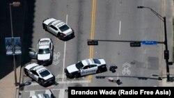 Dallas'ta perşembe günü polisleri hedef alan saldırının ardından soruşturma memurlarının yerlerinden hala kaldırmadığı devriye araçları