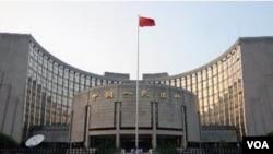 Gedung bank sentral Tiongkok di Beijing. Surplus perdagangan terus memperbesar cadangan devisa Tiongkok.