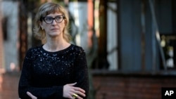 """Sutradara Film """"Quo Vadis, Aida?"""", Jasmila Zbanic saat diwawancarai di Srebrenica, 10 Oktober 2020. (Foto: dok)."""