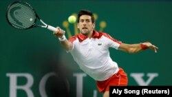 Novak Đoković u duelu sa Žeremijem Šardijem u 2. kolu turnira u Šangaju (Foto: Reuters/Aly Song)