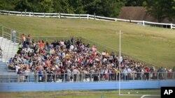 Estudiantes de la escuela secundaria Phillip Barbour fueron evacuados al campo de fútbol mientras se trataba de controlar la situación.